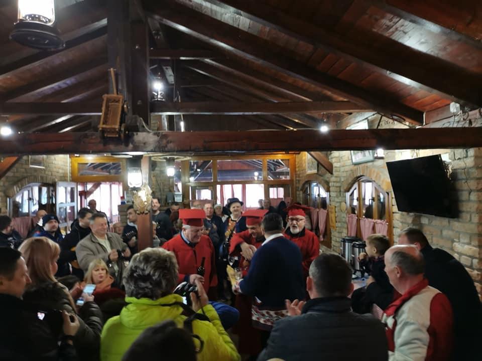 Vinobus od Bukovlja, preko OPG-a Paljevine, Pleternice, do Cernika i Oriovca, vina nije nedostajalo, pjesme i slavonske kobasice