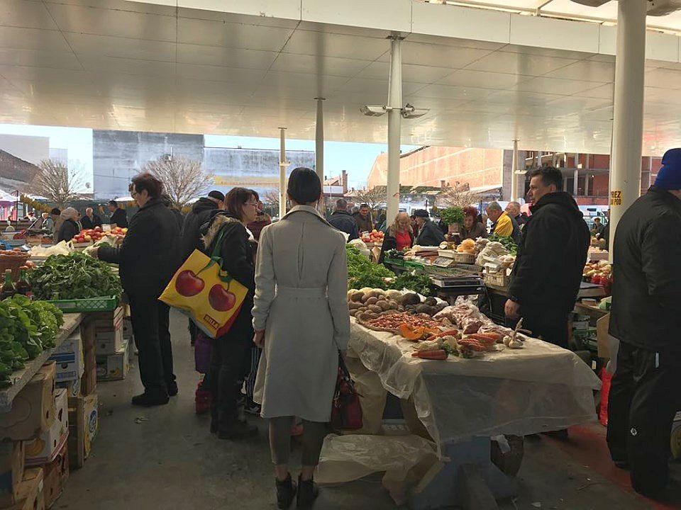 Gradska tržnica, srce grada subotom, cijene su neznatno porasle, ali ima svega