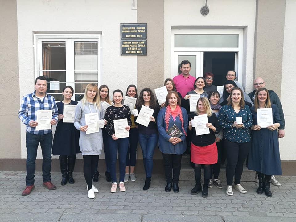Nakon uspješno završenog prvog, Brođani priveli kraju i 2. stupanj tečaja Hrvatskog znakovnog jezika, diplome su u rukama