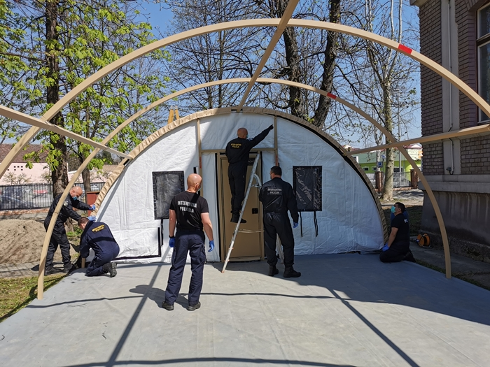 Doprinos brodskih interventnih policajaca u borbi protiv koronavirusa: Interventni policajci postavili šatore za prijem pacijenata