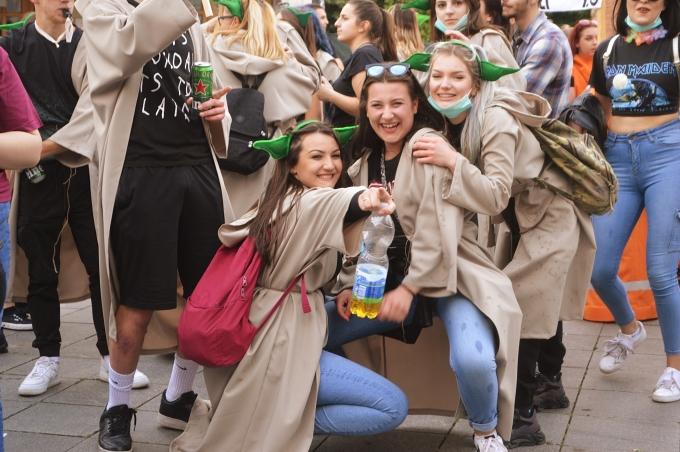 FOTO GALERIJA: Veseli brodski maturanti prošetali su stazama grada