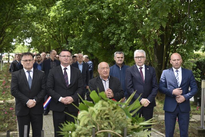 Uz Dan državnosti položeni vijenci na Gradskom groblju u Slavonskom Brodu