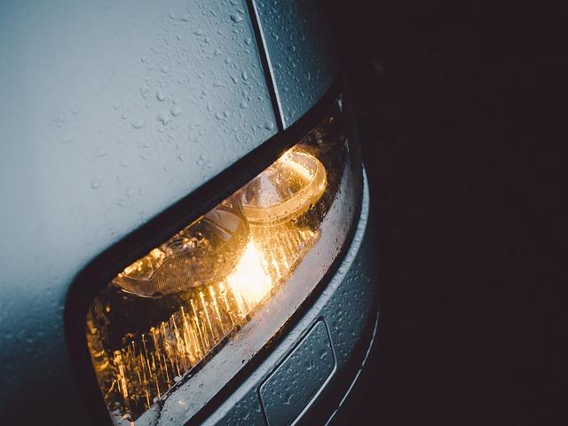 """Sa samo dva sastojka koja imate kod kuće očistite """"zamagljena"""" i oštećena svjetla na automobilima"""