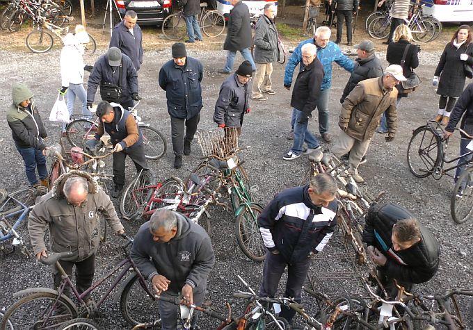 U dvorištu Policijske uprave brodsko-posavske zakazana prodaja, 40 bicikala, 1 mobitel, 2 torbe i 1 kofer, nađe se tu odličnih komada