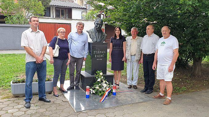 Članovi HSS-a Brodsko-posavske županije zapalili svijeće i položili cvijeće kod biste Stjepana Radića u Slavonskom Brodu