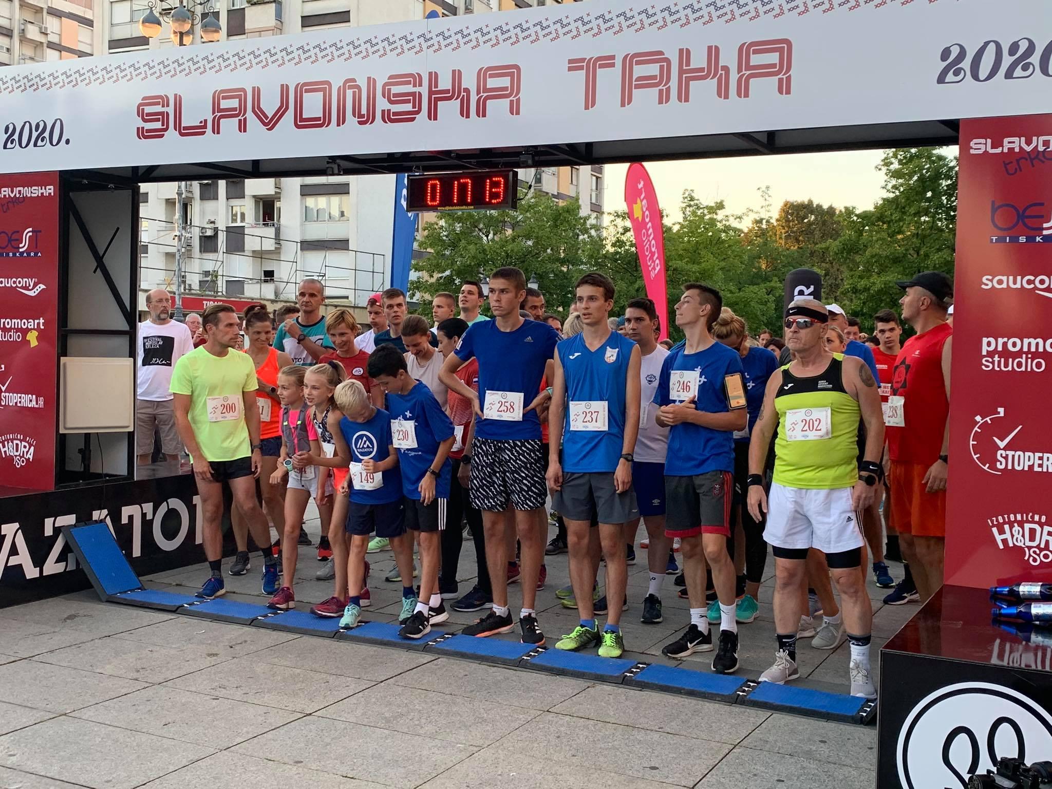 U Slavonskom Brodu jučer održana 3. Slavonska trka okupila je brojne zaljubljenike u trčanje, održan i prvi brodski noćni polumaraton