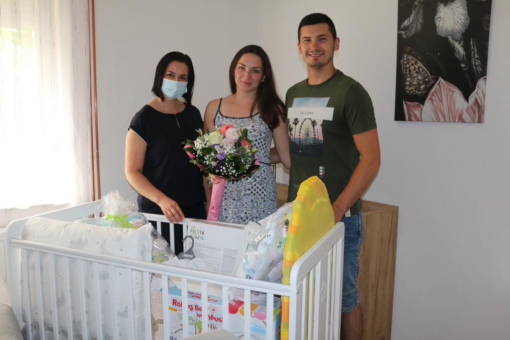 Pet brodskih obitelji danas je dobilo vrijednu opremu za novorođenčad