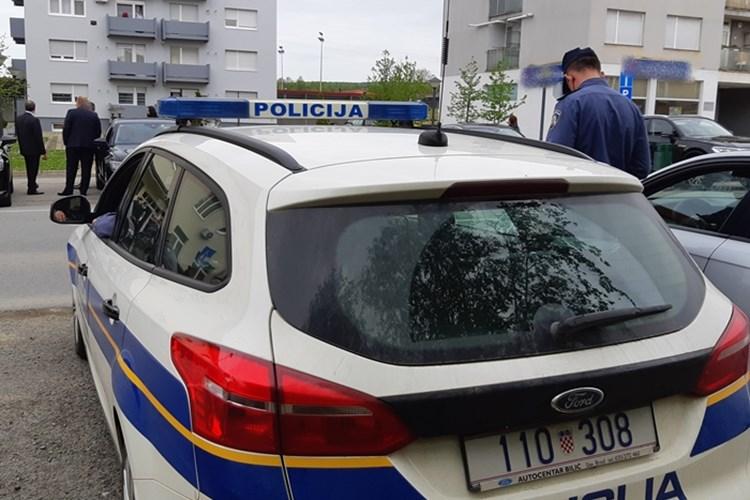 Na raskrižju Gundulićeve i Cesarčeve dogodila se prometna nesreća u kojoj je vozač bicikla teško ozlijeđen