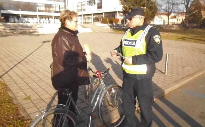 Policija je kontrolirala 40 vozača na biciklu, utvrdili su prekršaje, ali uglavnom samo upozoravali i dijelili reflektirajuće prsluke