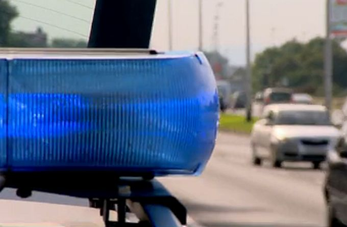 Mladi, alkoholizirani vozač noćas je autom udario u metalne stupove, nakon čega se vozilo odbilo, prevrnulo na krov i završilo u kanalu, a on pred prekršajnim sucem