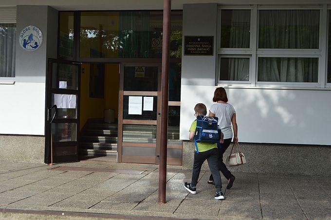 Ogorčeni roditelji područne škole Hugo Badalić na Jelasu kažu da njihova djeca nemaju jednak status kao djeca matične škole na Plavom polju, traže da se organizira nastava jednako za sve učenike