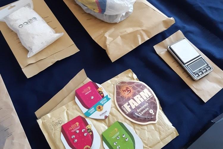Na više lokacije kod nekoliko osoba policija je pronašla amfetamin, marihuanu, Ectasy