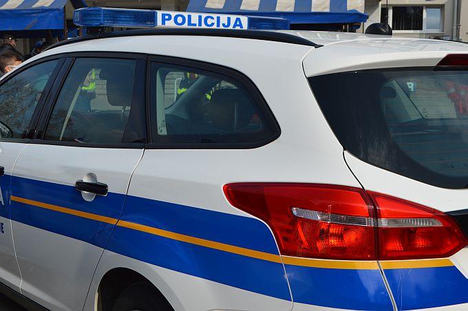 Policajac koji stanuje u blizini provaljene trgovine istrčao i uhvatio provalnika, pomogli mu građani