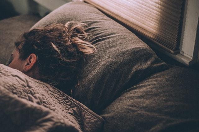 4 položaja spavanja s obzirom na strane svijeta i što vam nose