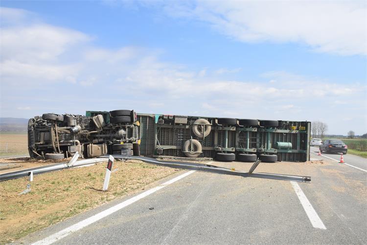 Zbog puknuća gume: Na autocesti A3 prevrnuo se teretni automobil, ozlijeđen vozač