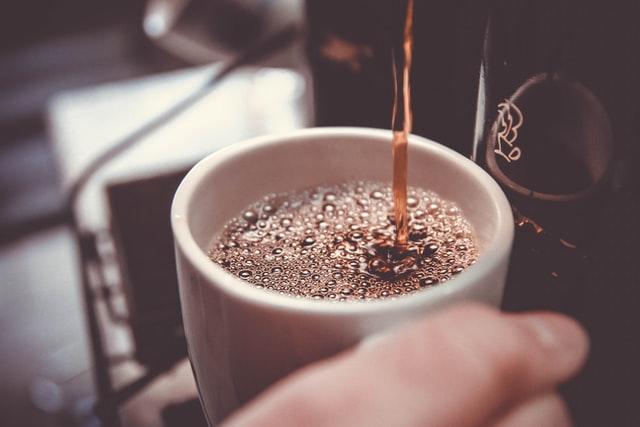 Što se događa kada kavu popijete prije doručka?